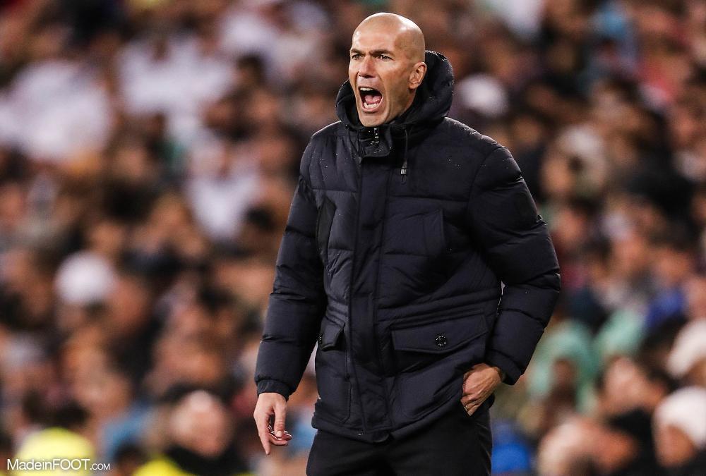 Zidane au bord du terrain