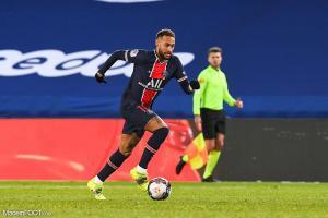 Neymar ave le ballon