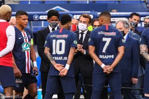 Neymar (PSG), T.Silva, Mbappé, Emmanuel Macron (Président France) et Nasser Al-Khelaïfi (PSG)