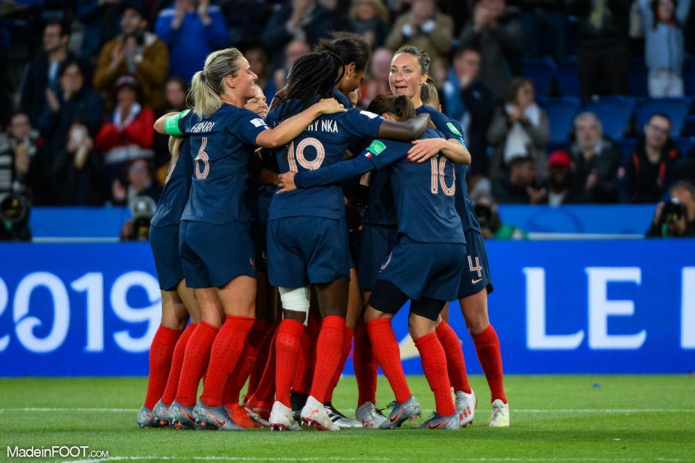 Les joueuses de l'équipe de France célébrant un but
