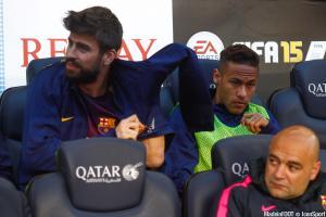 Neymar et Piqué sur le banc du Barça en 2017.