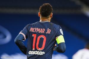 Neymar avec le brassard de capitaine