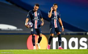 Mbappé à côté de Neymar